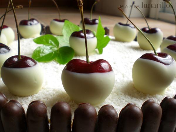 Tarta de coco y cerezas