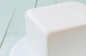 Cómo cubrir una tarta cuadrada con fondant