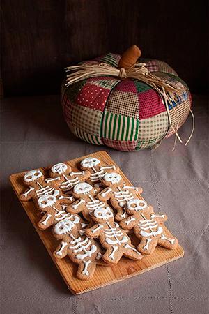 Gingerbread-men-decorados-con-glasa-como-esqueletos-1-300