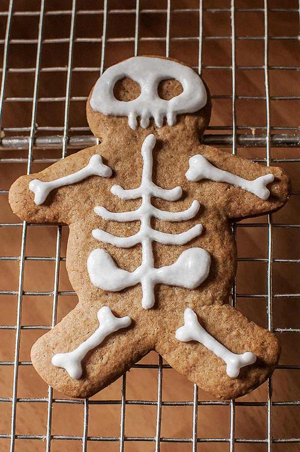 Gingerbread men decorados con glasa como esqueletos