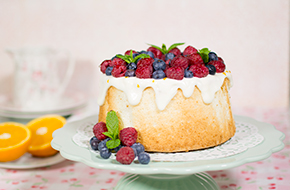 Vídeo-receta: Angel Food Cake con frutos rojos