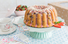 Vídeo-receta: Bundt Cake de fresas y nata